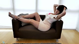 Busty mature lady Jessie drops her clothes to masturbate on the sofa